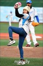 河智苑为棒球比赛开球 戴毛线帽甜美升级