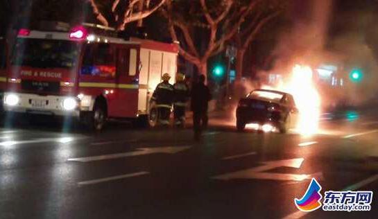 徐家汇街头一轿车自燃 车前半部分被明火吞噬