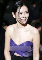 孙艺珍低胸裙秀性感锁骨 展甜美笑容