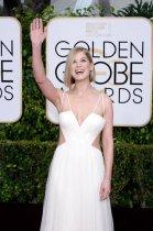 罗萨蒙德-派克白色吊带裙秀产后好身材
