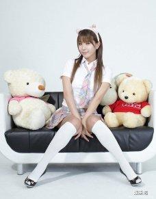 萌萌的韩国美少女许允美酷爱毛绒小熊