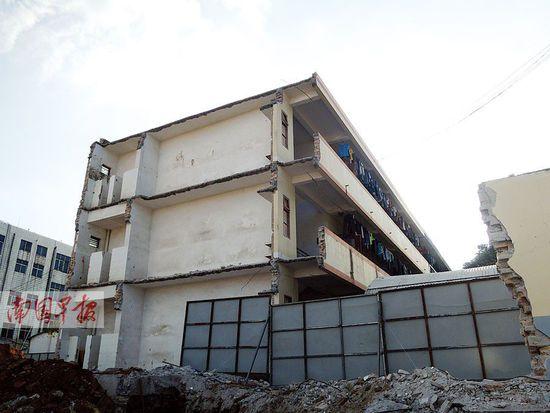 广西一中学拆宿舍未报备 切掉一半另一半仍住人