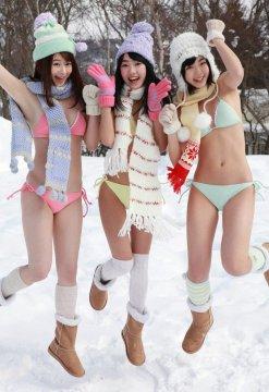 日本写真女星今野杏南 朝仓有舞等穿比基尼打雪仗