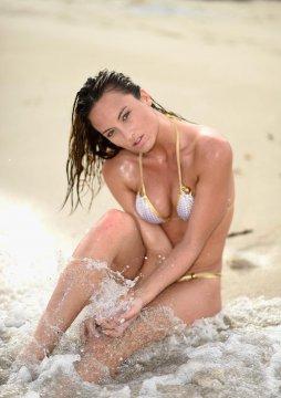 美超模冠军Monique Weingart狂野戏水 酥胸圆润长腿勾人