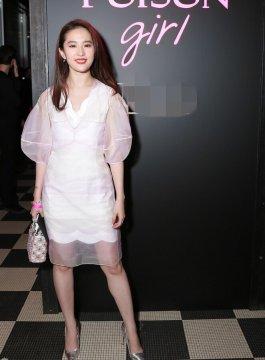 刘亦菲穿薄纱裙亮相 甜笑妩媚