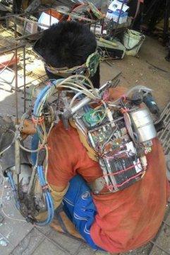"""印尼男子打造""""钢铁手臂"""" 称可用脑电波控制(图)"""