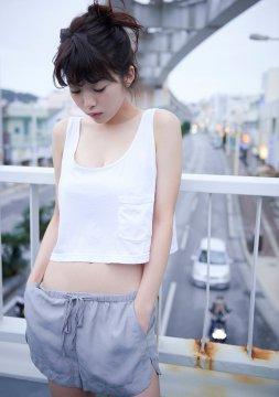 日本性感女星马场富美加真空穿深V小吊带T恤 慵懒秀事业线
