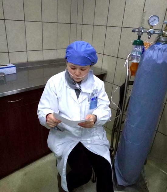 怀孕女医生边吸氧边给人看病:不是什么大问题