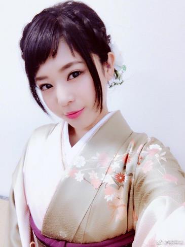 日本女星苍井空拍写真 溪边戏水上围傲人