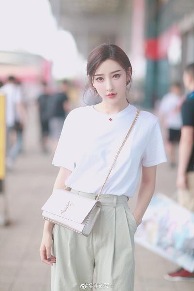 网络女神李筱乔白色短袖与长裤街拍写真
