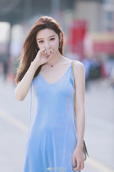 网络女神李筱乔蓝色吊带连衣裙2017chinajoy展外街拍写真