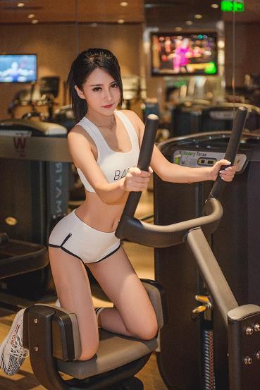 网络辣妹何雨薇健身房内性感运动内衣自拍写真