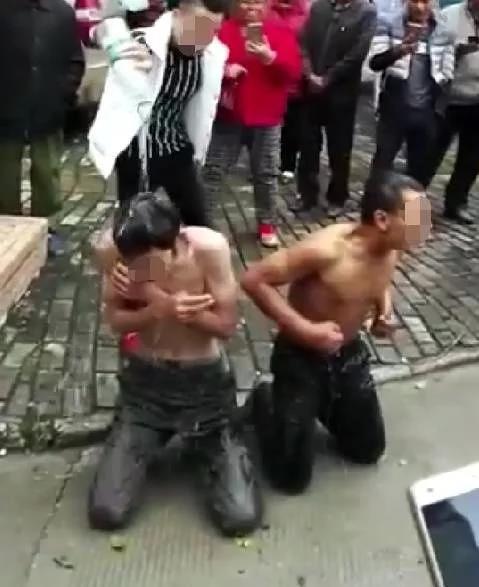 2名男子因偷车被抓赤裸上身跪路边:遭鞭打冷水浇头