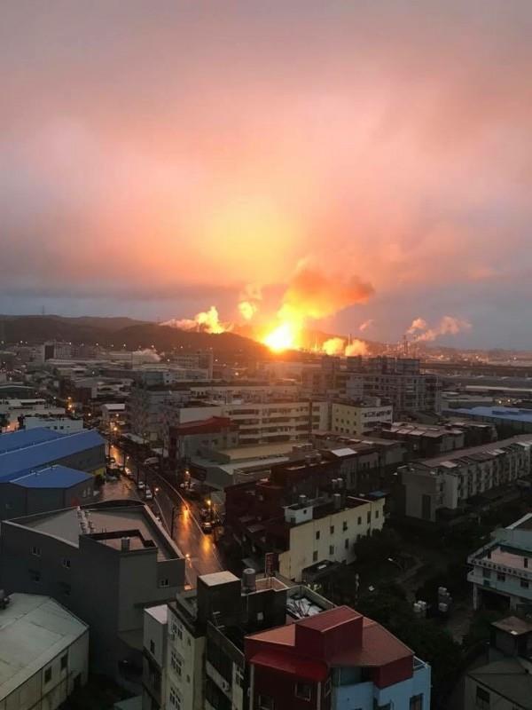 """台湾油厂大爆炸火势还将持续 台民众惊呼""""恐袭"""""""
