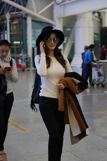 李小璐机场照遭曝光,毛衣太紧了,网友:看完下半身我沉默了!