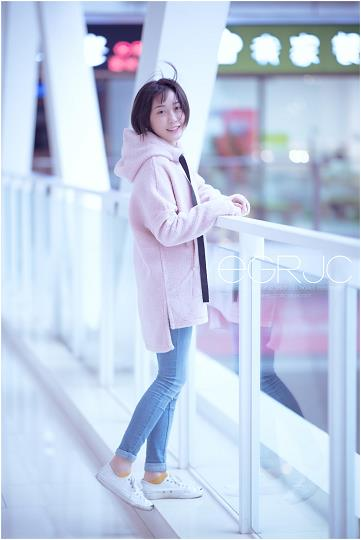微博女神范 清新软妹纸 我是小虾酱吖 粉色风衣外套加牛仔长裤清纯可爱写真