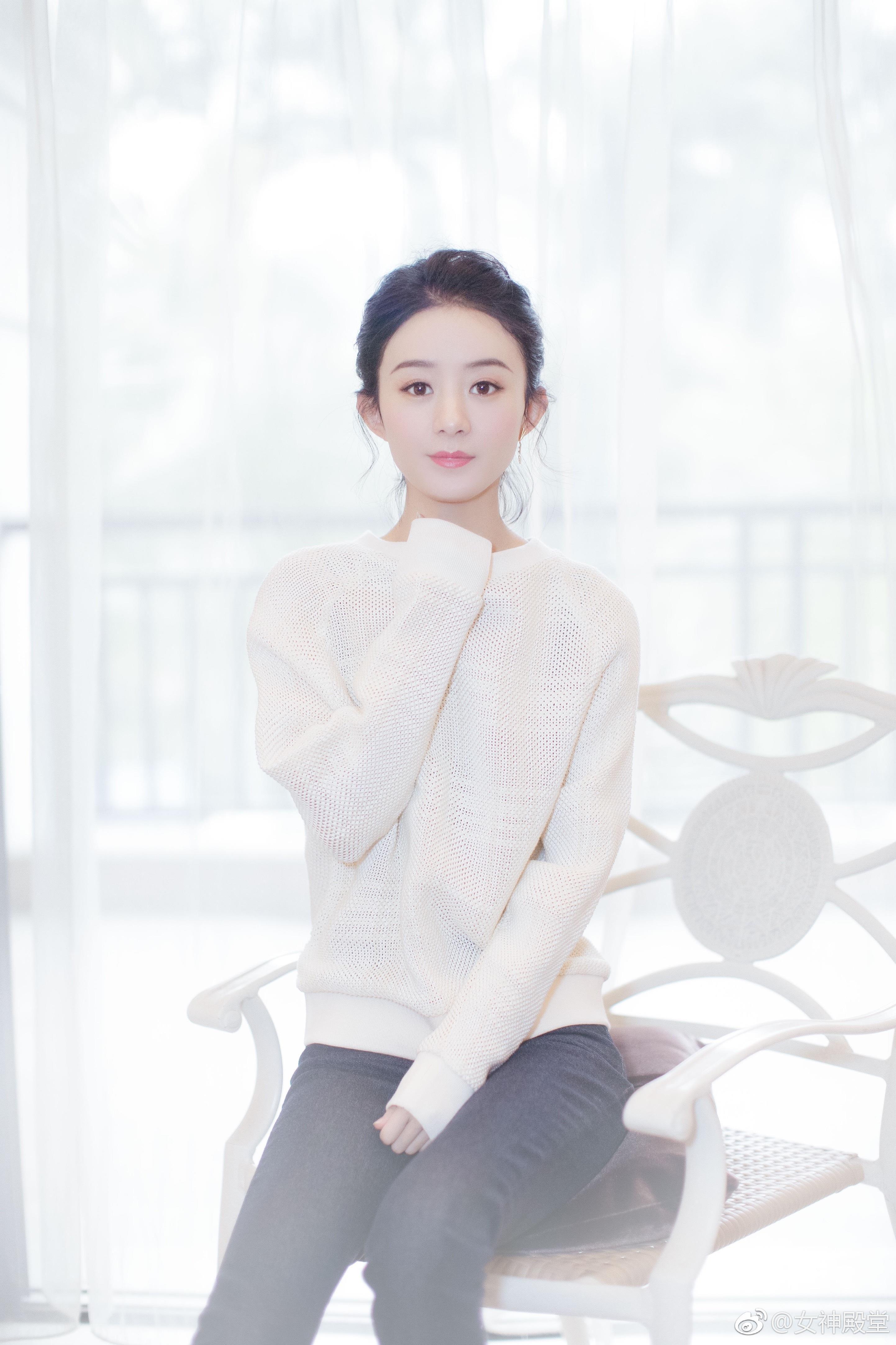 2月7日赵丽颖路演 白色毛衣外搭牛仔长裤 外搭白色羽绒服 非常清新甜美的穿搭,