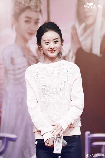 2月7日赵丽颖路演 白色毛衣外搭牛仔长裤 外搭白色羽绒服 非常清新甜美的穿搭