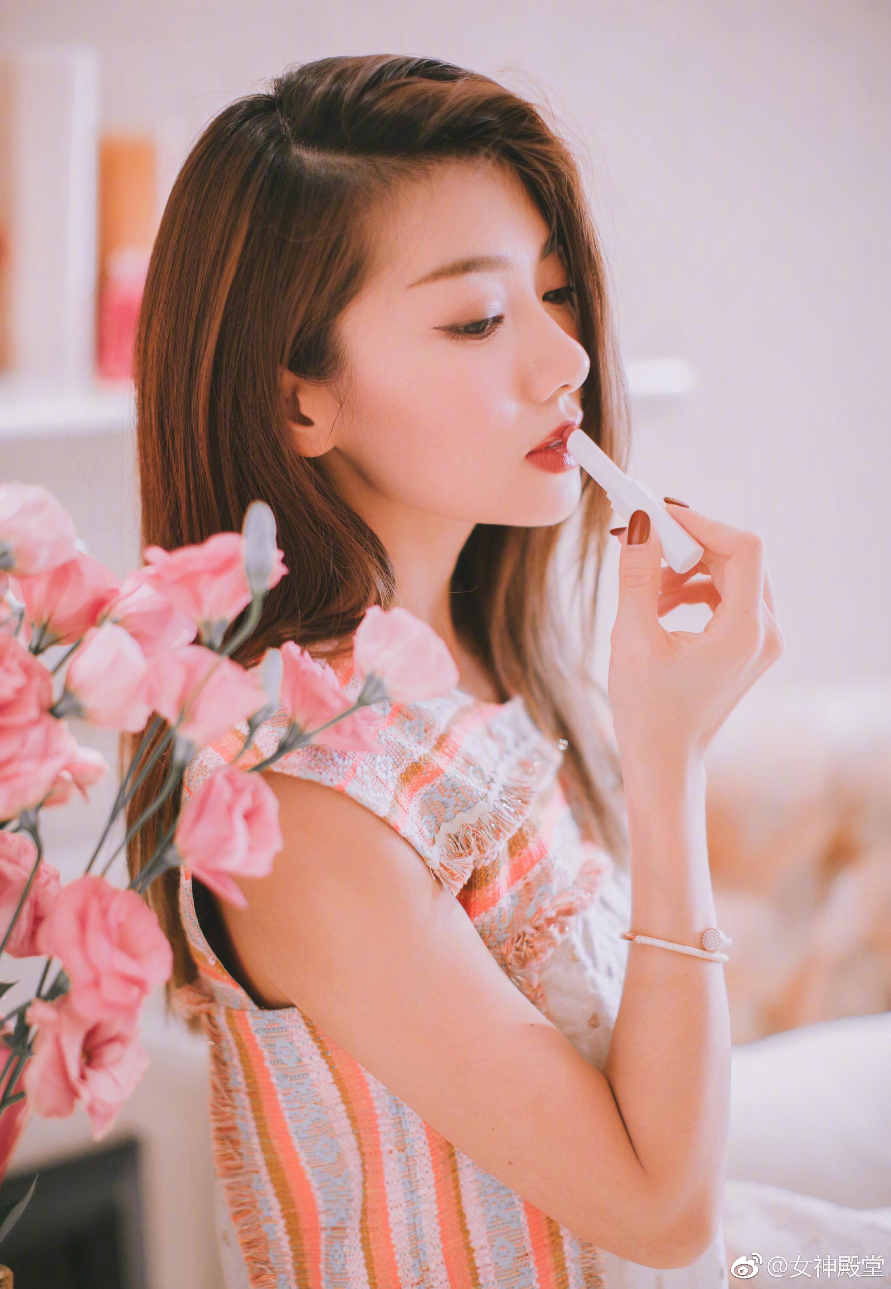 美人如花绽放 魅力不同凡响 程晓玥分手后愈发迷人了,