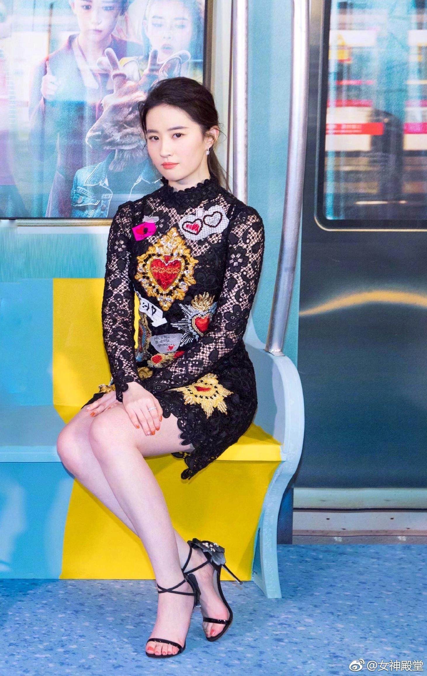 刘亦菲出席某活动 身着黑色印花连衣裙 简直就是天仙下凡 时尚优雅,刘亦菲出席某活动 身着黑色印花连衣裙 简直就是天仙下凡 时尚优雅