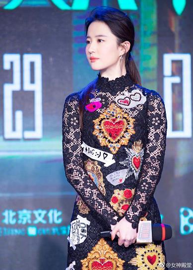 刘亦菲出席某活动 身着黑色印花连衣裙 简直就是天仙下凡 时尚优雅