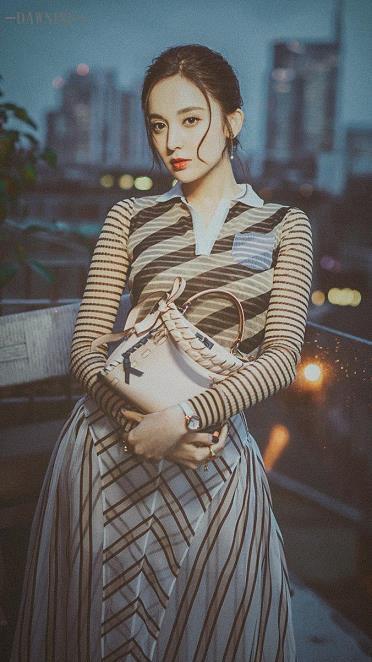 古力娜扎米兰写真展现复古魅力 高洁优雅如雨中兰花