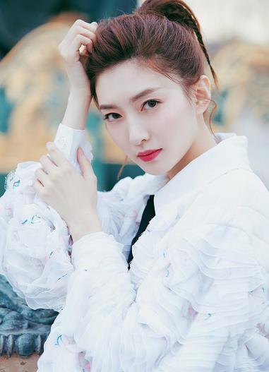 江疏影巴黎时装周,白色上衣搭配黑色短裙,简单扎了个马尾,气质颜值满分。