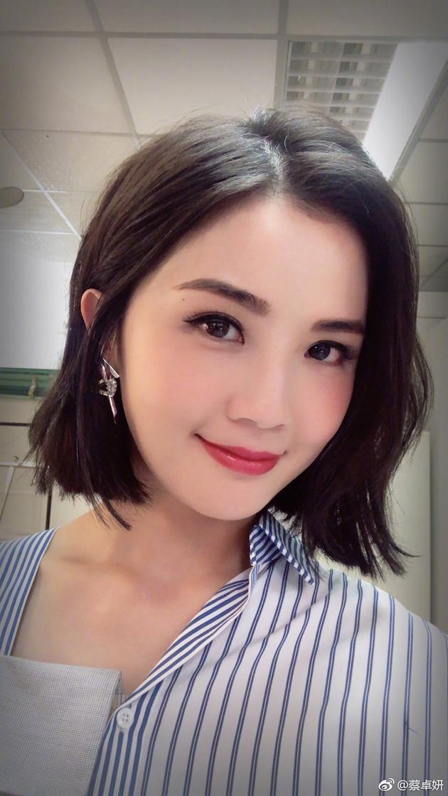蔡卓妍不用戴假发 晒短发造型性感知性干练