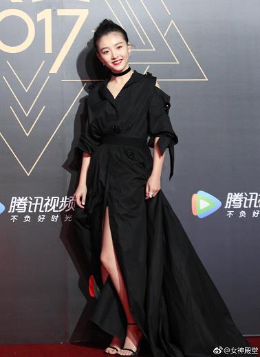 吴倩出席某活动,身着黑色礼服,扎了个可爱的丸子头,笑靥如花,美腿诱人。