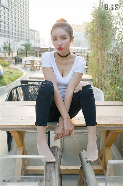 [IESS异思趣向]Model SASA莎莎 白色短袖与黑色紧身裤加肉色丝袜美腿性感写真集