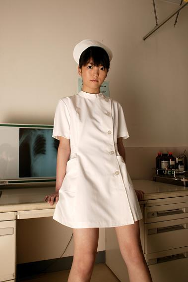 [BOMB.tv]写真2003年 鶴海静香 Shizuka Tsurumi 白色性感护士制服与紫色内衣私房写真