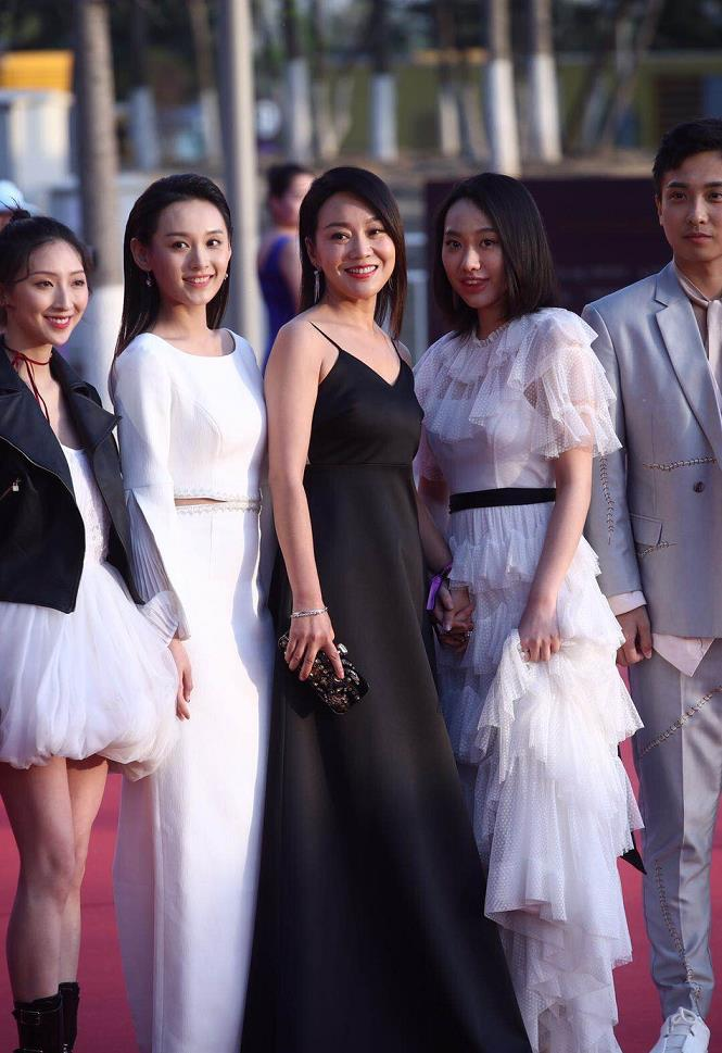 闫妮亮相北京国际电影节红毯 吊带黑色长裙性感妩媚