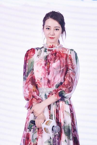 迪丽热巴 出席新电影《21克拉》发布会 依旧穿着Dolce & Gabbana的印花裙