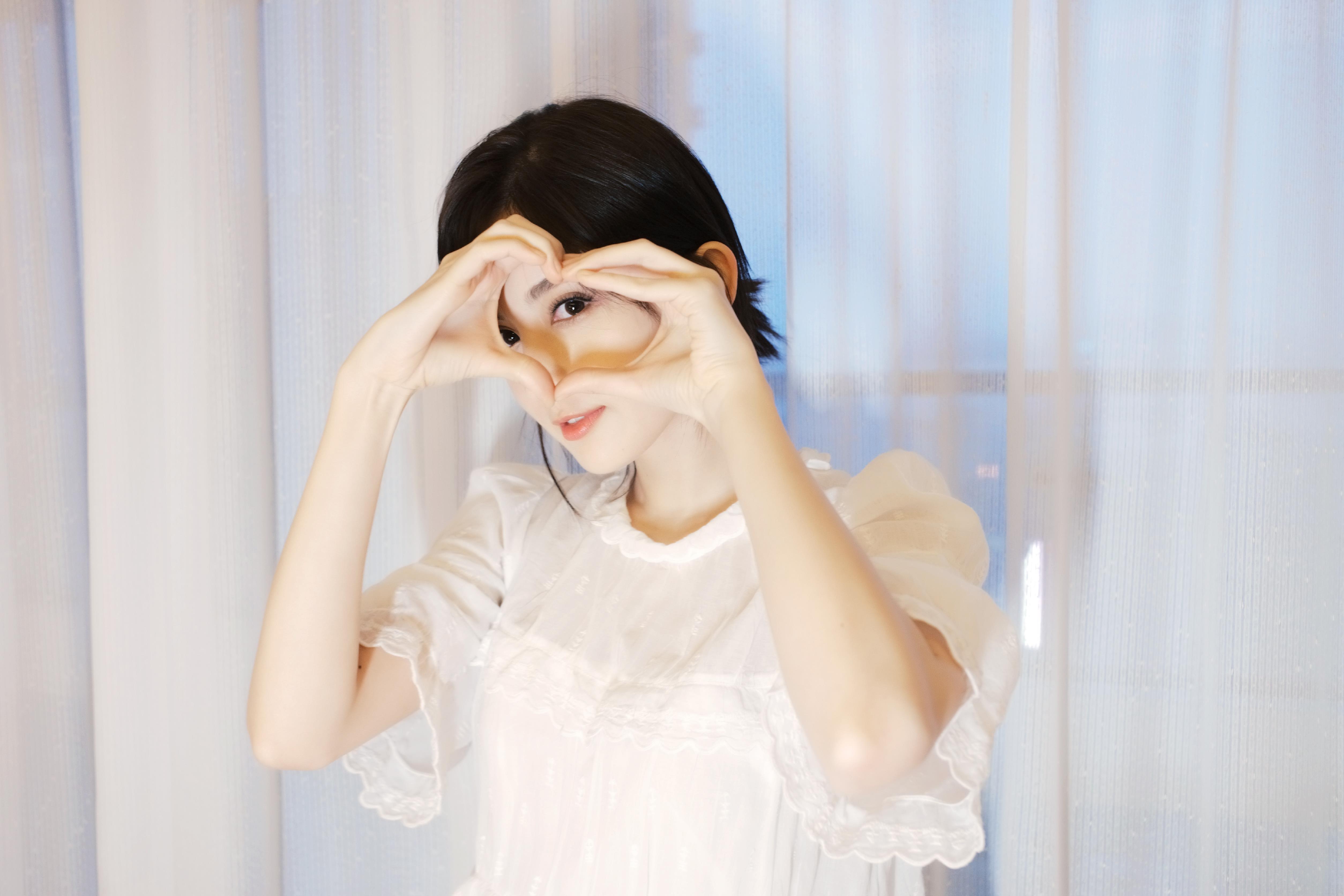 古力娜扎花式比心大眼电力十足 白衣黑发颇显清纯,