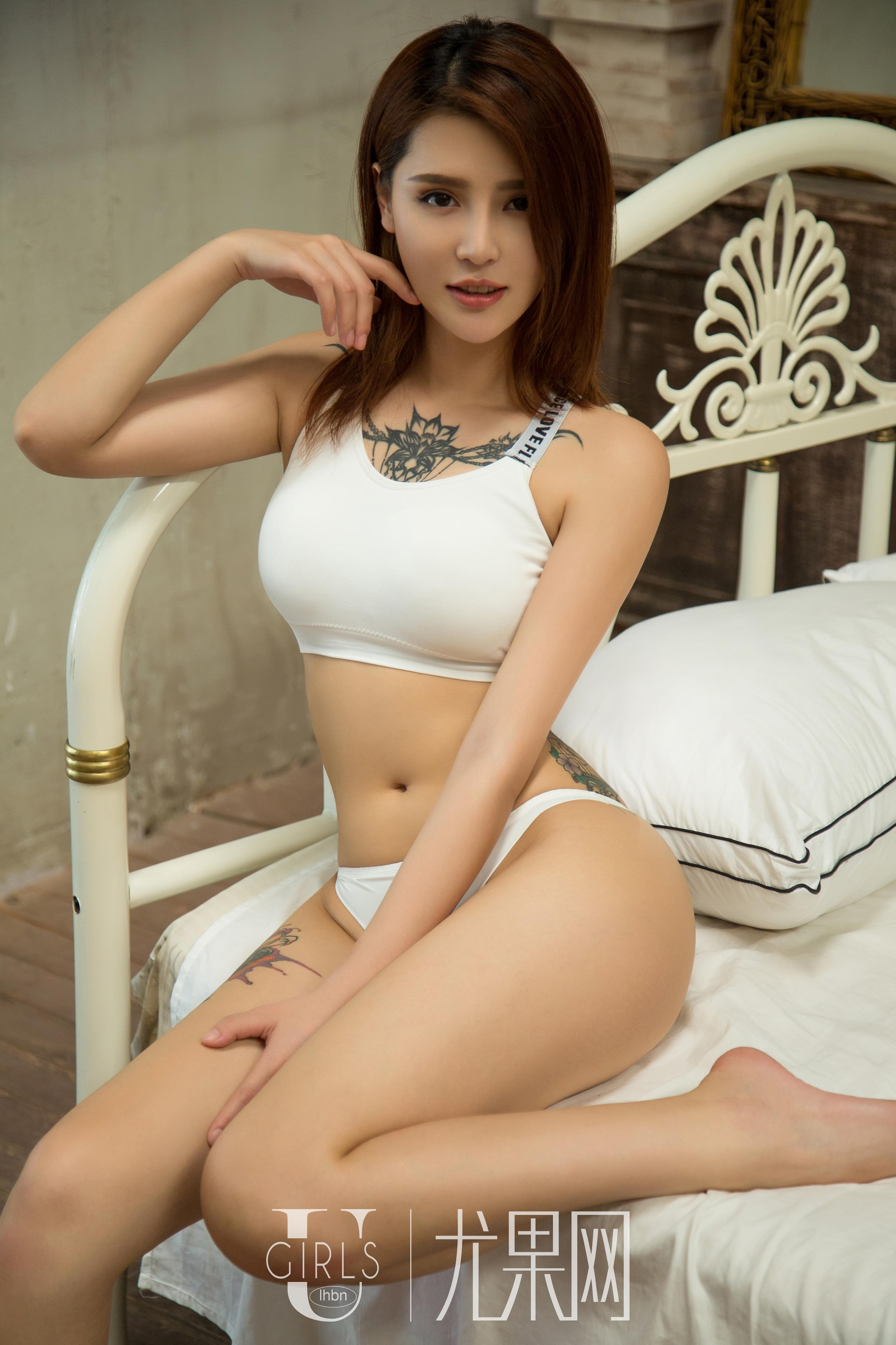 [Ugirls尤果网]U284 尤娜娜 白色性感内衣与黑色外套及白色透视睡衣裙私房写真集