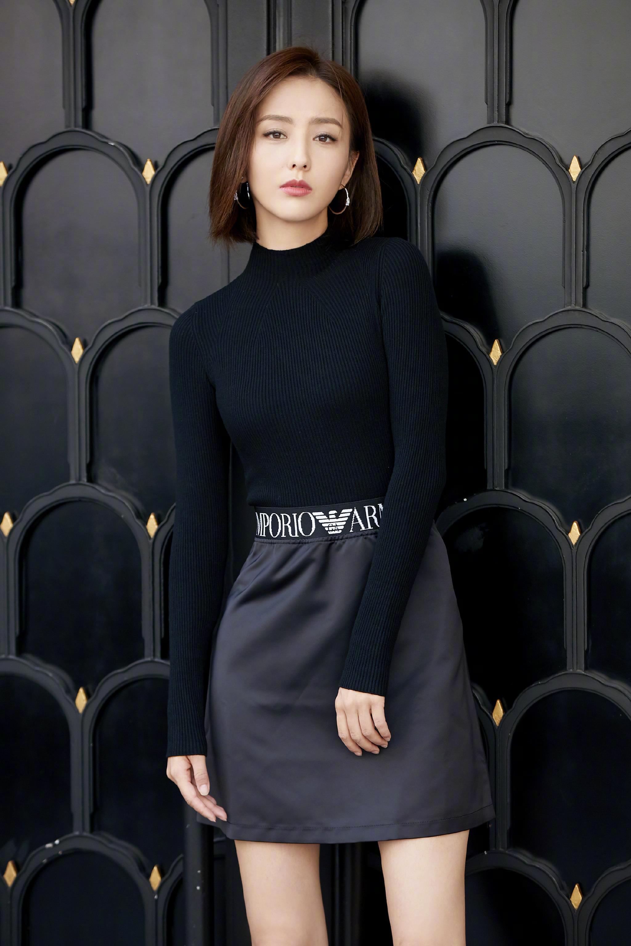 佟丽娅出发米兰时装周 修身短裙优雅知性,