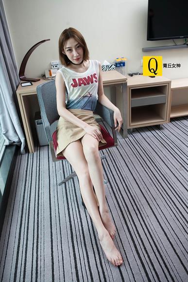 [青丘女神]2017-06-18 Q6.005 快捷酒店内 饭饭 白色无袖上衣与米色短裙加美腿玉足