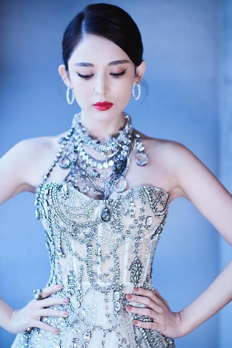 古力娜扎一天两套礼服戛纳亮相 黑刺绣玫瑰裙+白水晶天鹅裙
