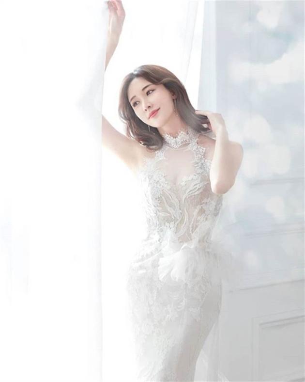 林志玲疑似婚纱照曝光 透视蕾丝鱼尾裙展露好身材