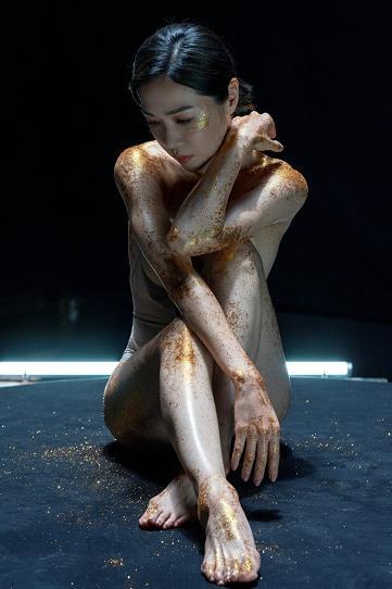 金马影后谢盈萱伸展肢体拍唯美写真 肌肤发亮美呆了