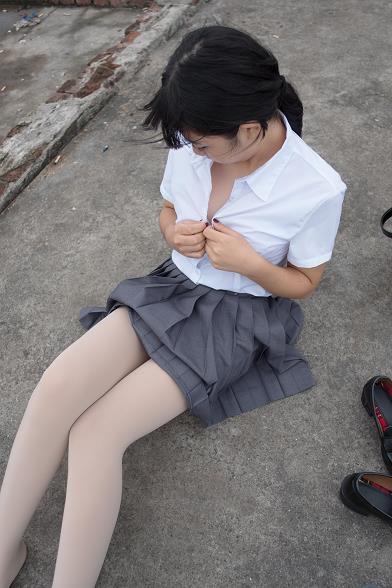 [森萝财团]BETA-005 性感萝莉小学妹 白色短袖衬衫与灰色短裙加肉色丝袜美腿玉足