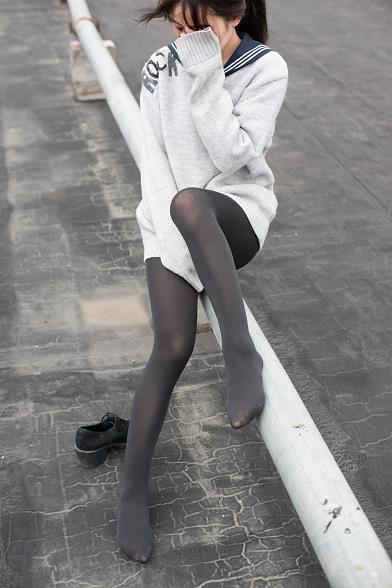 [森萝财团]BETA-007 性感小萝莉 白色连身外套加黑色丝袜美腿玉足私房写真集