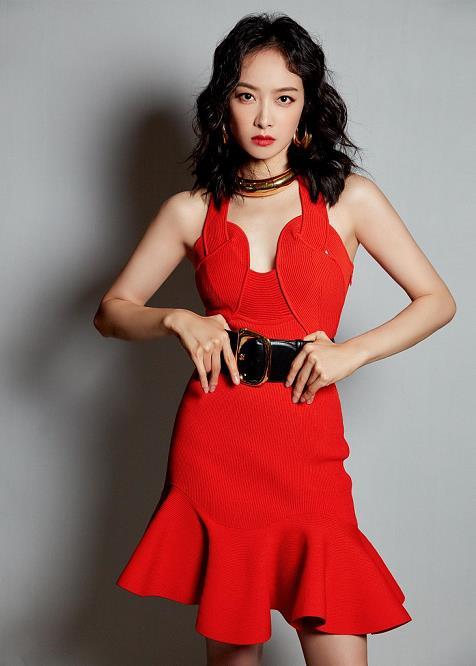 宋茜穿红裙主持《创造营2020》总决赛 纤腰美腿抢镜风情万种