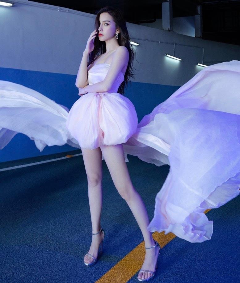 Angelababy穿粉色薄纱仙女裙妆容淡雅 裙摆翻飞似蝴蝶仙子