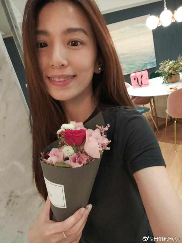 田馥甄时隔6年签名宠粉 回击《艾拉秀》睡着说法