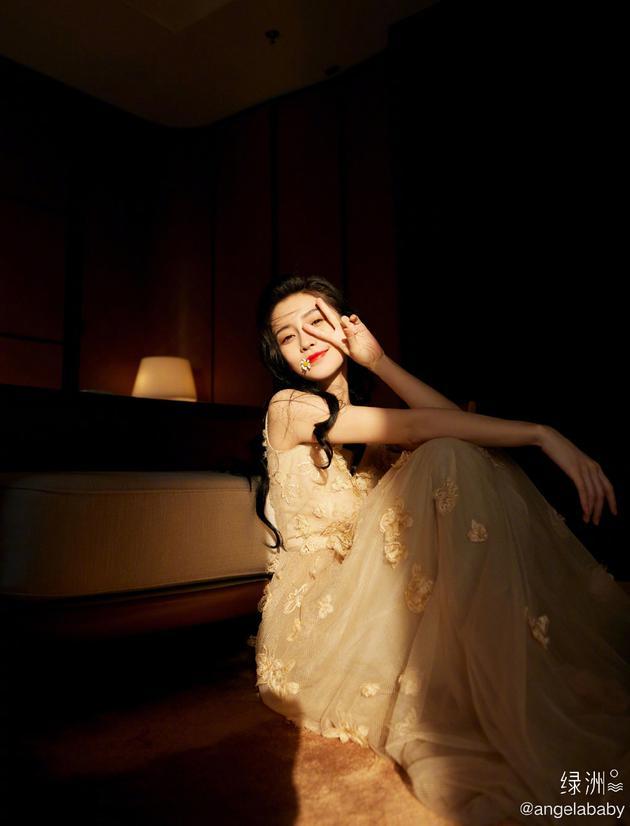 Angelababy获杰出新香港青年奖 却遭质疑德不配位