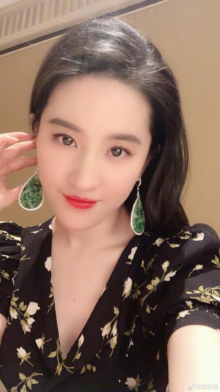 仙女上线!刘亦菲自拍戴夸张水滴型翡翠耳环