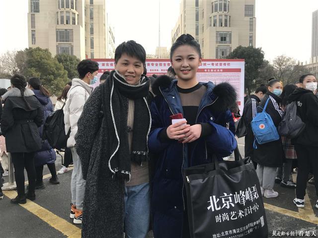 郭昱妍(右)和妈妈合影