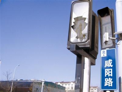 过街信号灯破损 影响辨识存隐患
