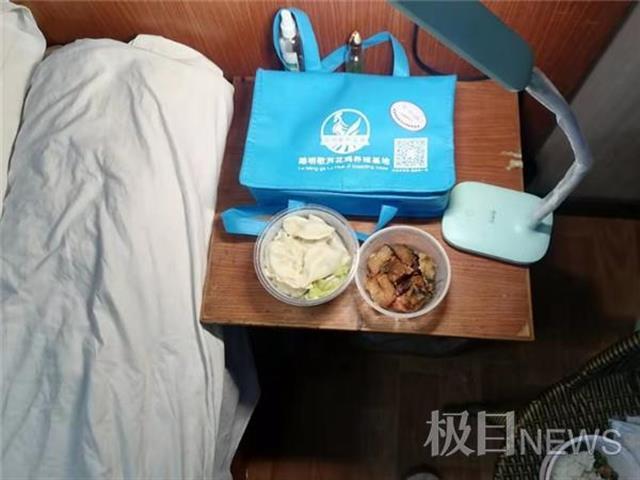 外地病患留汉过年,女儿和医生父亲一起给他送年夜饭